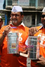 Mahesh Manjrekar promotes City of Gold through dabbawalas in Lower Parel on 21st April 2010 (12).JPG