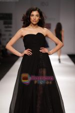 Model walk the ramp for Swapan and Seema at Wills India Fashion Week day 5 on 29th March 2010 (10).JPG