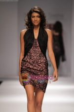 Model walk the ramp for Swapan and Seema at Wills India Fashion Week day 5 on 29th March 2010 (5).JPG