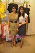 Gul Panag, Vidya Malvade at AND-Shop for change initiative in AND store, mumbai on 28th April 2010 (4).JPG