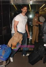 Hrithik Roshan leaves for NY with family last night at 1 am on 12th May 2010 (5).JPG