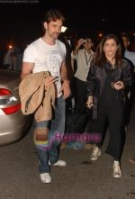 Hrithik Roshan leaves for NY with family last night at 1 am on 12th May 2010.JPG