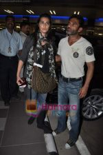 Sunil Shetty arrives in Mumbai Airport on 19th May 2010 (4).JPG
