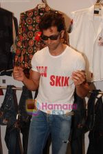 Hrithik Roshan at Kites promotional event in R City Mall and IMAX on 22nd May 2010 (10).JPG