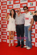 Hrithik Roshan, Barbara Mori, Rakesh Roshan at Kites promotional event in R City Mall and IMAX on 22nd May 2010 (6).JPG