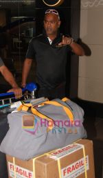 Vinod Kambli return after IIFA Awards in Srilanka at Mumbai Airport on 7th June 2010 (10).JPG