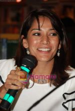 Koel Purie at the launch of Amrita Trpathi_s book Broken News in Crossword, Juhu on 23rd July 2010 (12).JPG