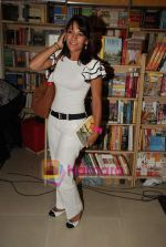 Koel Purie at the launch of Amrita Trpathi_s book Broken News in Crossword, Juhu on 23rd July 2010 (25).JPG