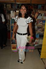 Koel Purie at the launch of Amrita Trpathi_s book Broken News in Crossword, Juhu on 23rd July 2010 (26).JPG