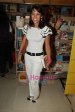 Koel Purie at the launch of Amrita Trpathi_s book Broken News in Crossword, Juhu on 23rd July 2010 (27).JPG
