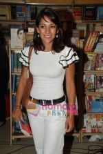Koel Purie at the launch of Amrita Trpathi_s book Broken News in Crossword, Juhu on 23rd July 2010 (28).JPG