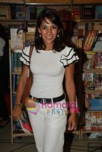Koel Purie at the launch of Amrita Trpathi_s book Broken News in Crossword, Juhu on 23rd July 2010 (30).JPG