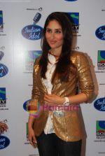 Kareena Kapoor on the sets of Indian Idol in Filmistan on 14th Aug 2010 (20).JPG