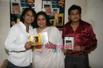 Sumit Kumar, Leena Chandavarkar, Amit Kumar at Door Gagan Ki Chhaon Mein and Door Ka Rahi two movies of  Kishore Kumar released at  his bungalow on 10th Sept 2010 (4).JPG