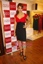 Bipasha Basu at Rocky S Aza collection launch  in Aza, Kemps Corner, Mumbai on 14th Sept 2010 (14).JPG