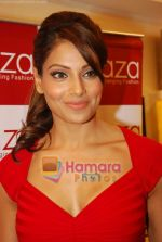 Bipasha Basu at Rocky S Aza collection launch  in Aza, Kemps Corner, Mumbai on 14th Sept 2010 (16).JPG