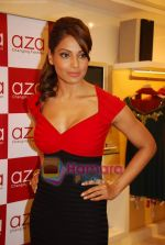 Bipasha Basu at Rocky S Aza collection launch  in Aza, Kemps Corner, Mumbai on 14th Sept 2010 (17).JPG