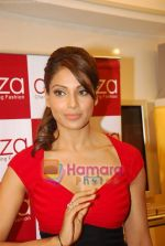 Bipasha Basu at Rocky S Aza collection launch  in Aza, Kemps Corner, Mumbai on 14th Sept 2010 (18).JPG