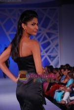 Model walk the ramp at the launch of Avon Cosmetics in Taj Land_s End on 14th Sept 2010 (74).JPG