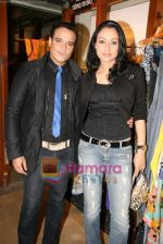 Yash Tonk, Gauri Tonk at Fuel_s festive collection hosted by Manish Goel in Bandra on 14th Sept 2010 (10).JPG