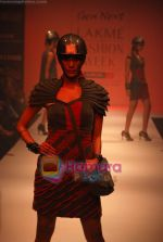 Model walks the ramp for Riddhi Siddhi Show at Lakme Winter fashion week day 1 on 17th Sept 2010 (14).JPG
