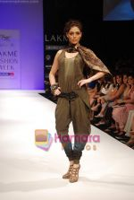 Model walks the ramp for Babita Show at Lakme Winter fashion week day 2 on 18th Sept 2010 (18).JPG