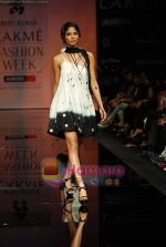 Model walks the ramp for Ritu Kumar Show at Lakme Winter fashion week day 2 on 18th Sept 2010 (70).JPG