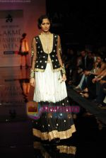 Model walks the ramp for Ritu Kumar Show at Lakme Winter fashion week day 2 on 18th Sept 2010 (75).JPG