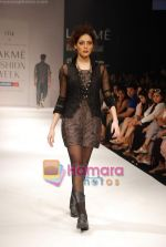 Model walks the ramp for Viia Show at Lakme Winter fashion week day 2 on 18th Sept 2010 (15).JPG