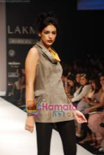 Model walks the ramp for Viia Show at Lakme Winter fashion week day 2 on 18th Sept 2010 (24).JPG