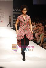 Model walks the ramp for Viia Show at Lakme Winter fashion week day 2 on 18th Sept 2010 (25).JPG