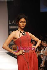 Model walks the ramp for Viia Show at Lakme Winter fashion week day 2 on 18th Sept 2010 (28).JPG