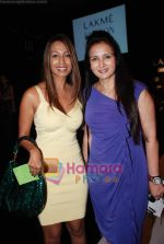 Poonam Dhillon, Kashmira Shah at Lakme Winter fashion week 2010 day 2 on 18th Sept 2010 (15).JPG