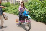 Sameera Reddy learns to ride a bike on 18th Sept 2010 (11).JPG