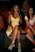 Kashmira Shah at Lakme Winter fashion week 2010 day 3 on 19th Sept 2010 (163).JPG