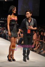 Koena Mitra walks the ramp for Rajat Tangri Show at Lakme Winter fashion week day 3 on 19th Sept 2010 (15).JPG