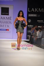 Koena Mitra walks the ramp for Rajat Tangri Show at Lakme Winter fashion week day 3 on 19th Sept 2010 (2).JPG