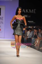 Koena Mitra walks the ramp for Rajat Tangri Show at Lakme Winter fashion week day 3 on 19th Sept 2010 (4).JPG