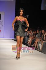 Koena Mitra walks the ramp for Rajat Tangri Show at Lakme Winter fashion week day 3 on 19th Sept 2010 (5).JPG