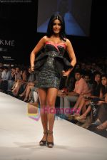 Koena Mitra walks the ramp for Rajat Tangri Show at Lakme Winter fashion week day 3 on 19th Sept 2010 (7).JPG
