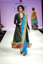 Model walks the ramp for Anupamaa Show at Lakme Winter fashion week day 3 on 19th Sept 2010 (34).JPG