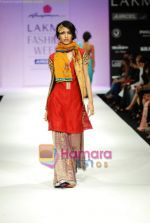 Model walks the ramp for Anupamaa Show at Lakme Winter fashion week day 3 on 19th Sept 2010 (44).JPG