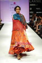 Model walks the ramp for Anupamaa Show at Lakme Winter fashion week day 3 on 19th Sept 2010 (72).JPG