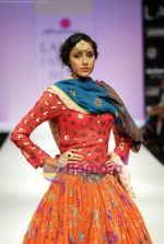Model walks the ramp for Anupamaa Show at Lakme Winter fashion week day 3 on 19th Sept 2010 (75).JPG