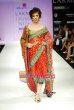 Model walks the ramp for Anupamaa Show at Lakme Winter fashion week day 3 on 19th Sept 2010 (76).JPG
