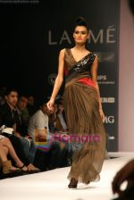 Model walks the ramp for Arjun Show at Lakme Winter fashion week day 4 on 20th Sept 2010 (7).JPG
