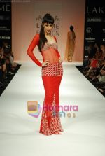 Model walks the ramp for Arpan Vohra Show at Lakme Winter fashion week day 3 on 19th Sept 2010 (125).JPG