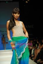 Model walks the ramp for Arpan Vohra Show at Lakme Winter fashion week day 3 on 19th Sept 2010 (2).JPG