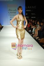 Model walks the ramp for Arpan Vohra Show at Lakme Winter fashion week day 3 on 19th Sept 2010 (33).JPG