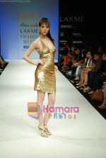 Model walks the ramp for Arpan Vohra Show at Lakme Winter fashion week day 3 on 19th Sept 2010 (34).JPG